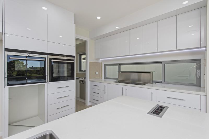 Kitchen with Pop Up Rangehood